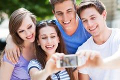 Amigos que toman la foto afuera Foto de archivo