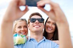 Amigos que toman la imagen con la cámara del smartphone Fotografía de archivo