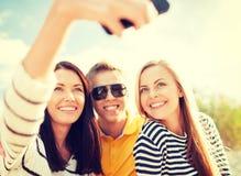 Amigos que toman la imagen con la cámara del smartphone Fotos de archivo libres de regalías