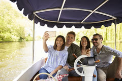 Amigos que toman Selfie durante paseo del barco en el río junto fotos de archivo