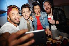Amigos que toman Selfie loco en el partido impresionante del club de noche fotos de archivo libres de regalías