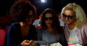 Amigos que toman un selfie mientras que mira la película 4k almacen de video