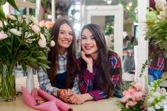 Amigos que trabalham como floristas fotografia de stock royalty free