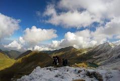 Amigos que trekking acima do lago Balea Foto de Stock Royalty Free