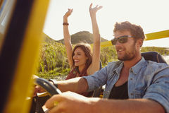 Amigos que vão na viagem por estrada imagem de stock royalty free