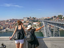 Amigos que viajan en todo el mundo Fotografía de archivo libre de regalías