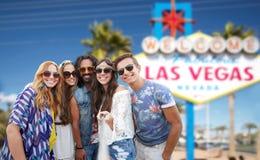 Amigos que viajan a Las Vegas y que toman el selfie foto de archivo