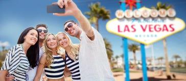 Amigos que viajan a Las Vegas y que toman el selfie fotos de archivo