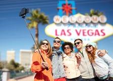 Amigos que viajan a Las Vegas y que toman el selfie imagenes de archivo