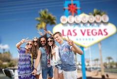 Amigos que viajan a Las Vegas y que toman el selfie imagen de archivo libre de regalías