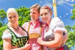 Amigos que visitan festival popular bávaro Fotos de archivo libres de regalías