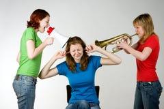 Amigos ruidosos que incomodan a la muchacha Fotos de archivo libres de regalías