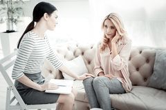 Amigos seguros agradáveis que sentam-se e que comunicam-se imagem de stock royalty free