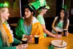 Amigos sonrientes con el accesorio irlandés Fotografía de archivo libre de regalías