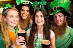 Amigos sonrientes con el accesorio irlandés Imágenes de archivo libres de regalías