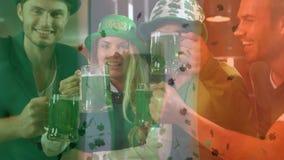 Amigos sonrientes con el accesorio irland?s en la barra stock de ilustración