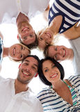 Amigos sonrientes en círculo Fotos de archivo