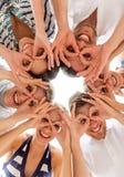 Amigos sonrientes en círculo Imagenes de archivo