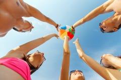 Amigos sonrientes en círculo en la playa del verano Foto de archivo
