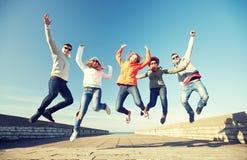 Amigos sonrientes en gafas de sol que ríen en la calle Imagen de archivo libre de regalías