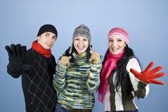 Amigos sonrientes felices del invierno Imagen de archivo libre de regalías
