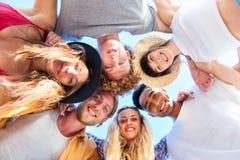 Amigos sonrientes felices en la playa Fotos de archivo