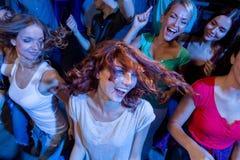 Amigos sonrientes que bailan en club Imagen de archivo
