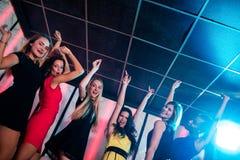 Amigos sonrientes que bailan en sala de baile Fotos de archivo