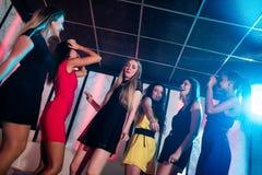Amigos sonrientes que bailan en sala de baile Imágenes de archivo libres de regalías