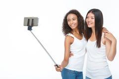 Amigos sonrientes que hacen el selfie Fotografía de archivo libre de regalías