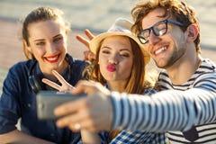 Amigos sonrientes que hacen el selfie al aire libre Fotos de archivo