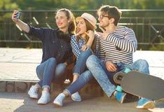 Amigos sonrientes que hacen el selfie al aire libre Fotografía de archivo libre de regalías