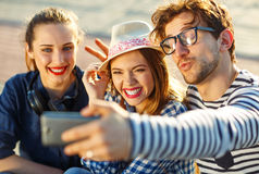Amigos sonrientes que hacen el selfie al aire libre Imagen de archivo