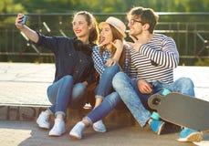 Amigos sonrientes que hacen el selfie al aire libre Fotografía de archivo