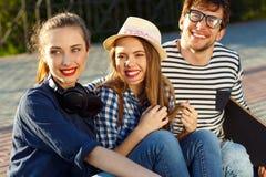 Amigos sonrientes que se divierten al aire libre Foto de archivo