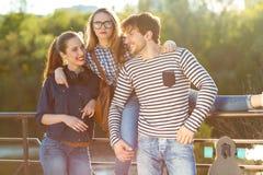 Amigos sonrientes que se divierten al aire libre Fotografía de archivo