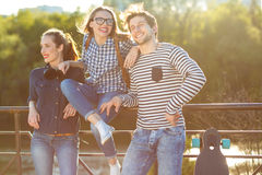 Amigos sonrientes que se divierten al aire libre Imagenes de archivo