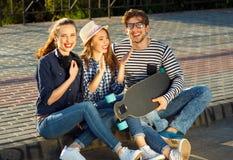 Amigos sonrientes que se divierten al aire libre Fotos de archivo libres de regalías