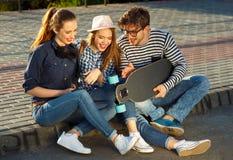 Amigos sonrientes que se divierten al aire libre Fotos de archivo