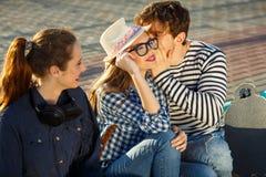 Amigos sonrientes que se divierten al aire libre Foto de archivo libre de regalías