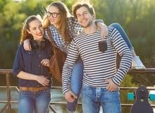 Amigos sonrientes que se divierten al aire libre Imagen de archivo
