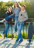 Amigos sonrientes que se divierten al aire libre Fotografía de archivo libre de regalías