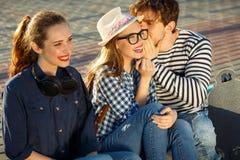 Amigos sonrientes que se divierten al aire libre Imágenes de archivo libres de regalías
