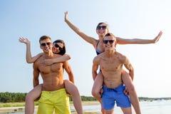 Amigos sonrientes que se divierten en la playa del verano Imagen de archivo
