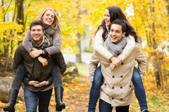 Amigos sonrientes que se divierten en parque del otoño Imagenes de archivo