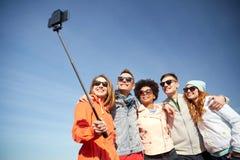 Amigos sonrientes que toman el selfie con smartphone Fotos de archivo
