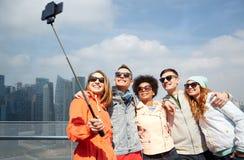 Amigos sonrientes que toman el selfie con smartphone Fotos de archivo libres de regalías