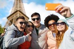 Amigos sonrientes que toman el selfie con smartphone foto de archivo