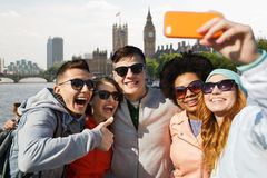Amigos sonrientes que toman el selfie con smartphone Fotografía de archivo libre de regalías