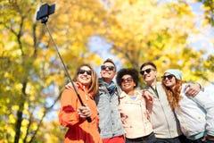 Amigos sonrientes que toman el selfie con smartphone Fotografía de archivo